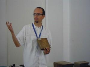 Bernhard Humpel erklärt die Charakteristika von Einbänden Alter Drucke